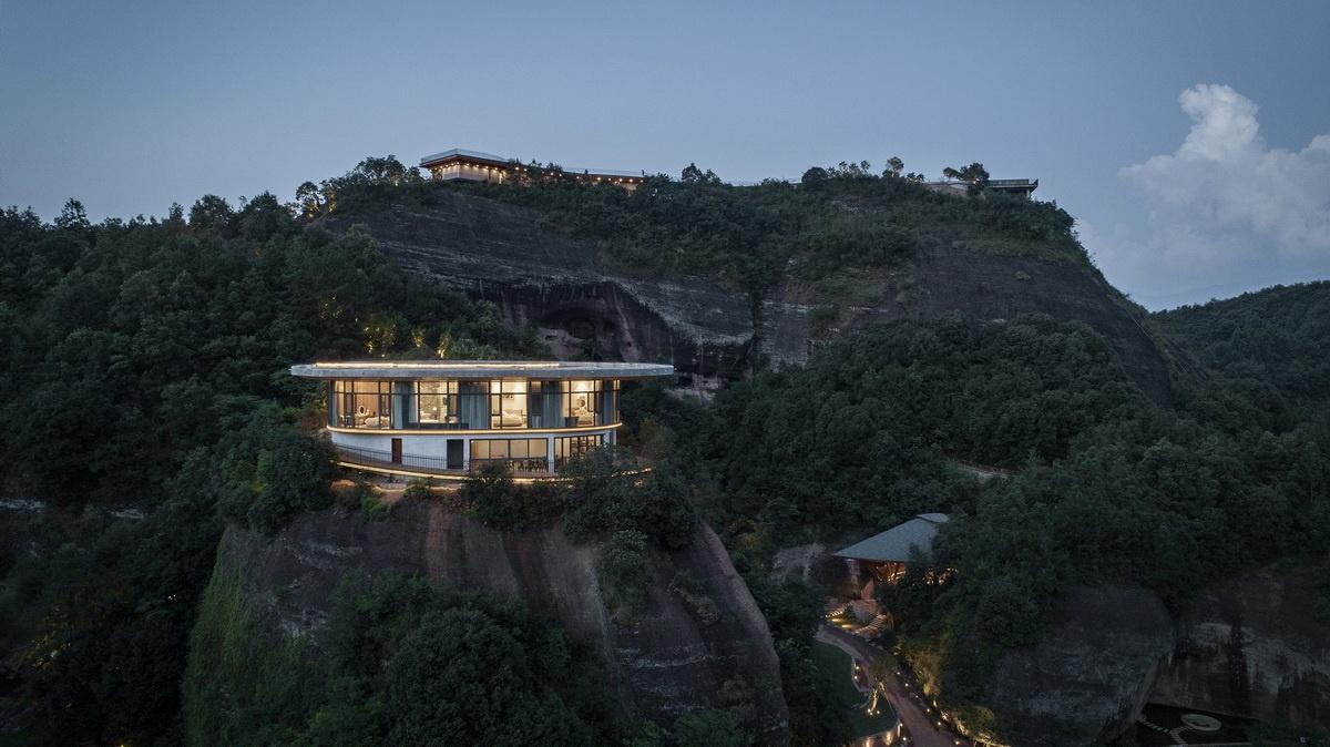 Eagle-rock-cliffs-Khach-san-sang-trong-giua-nui-rung-kien-viet-1.jpg