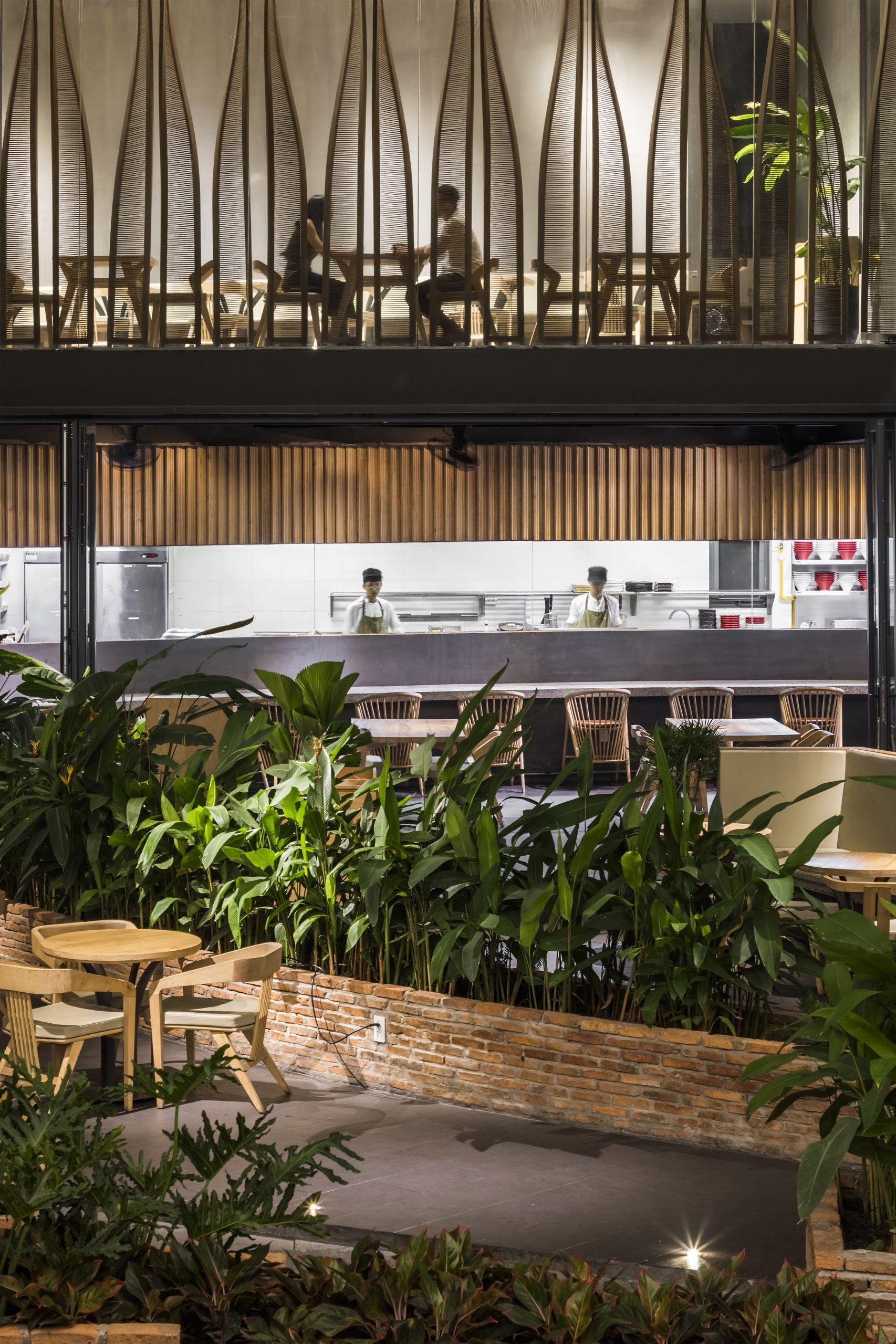 Nhà hàng Ippudo Việt Nam – không gian giao lưu giữa các lớp xanh và lớp lam bằng đũa gỗ