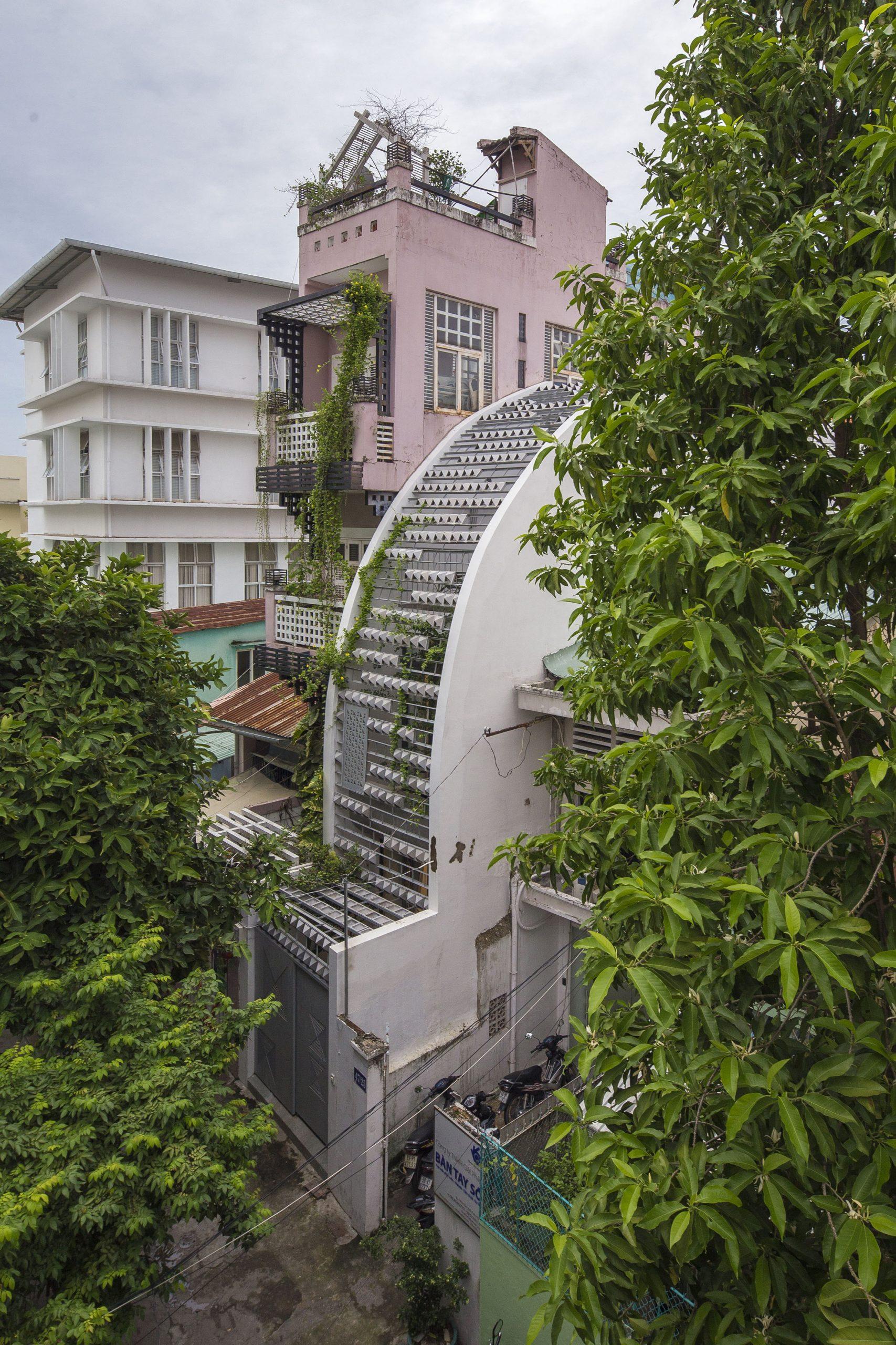 """Vy Anh House - Ngôi nhà với mặt tiền """"uốn cong""""   KHUÔN Studio"""