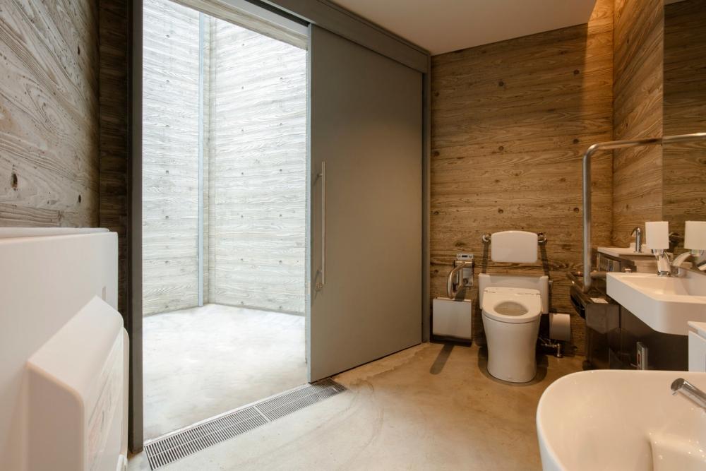 Concrete Tokyo toilet – Wonderwall | Nhà vệ sinh công cộng như một mê cung thời nguyên thủy tại Tokyo