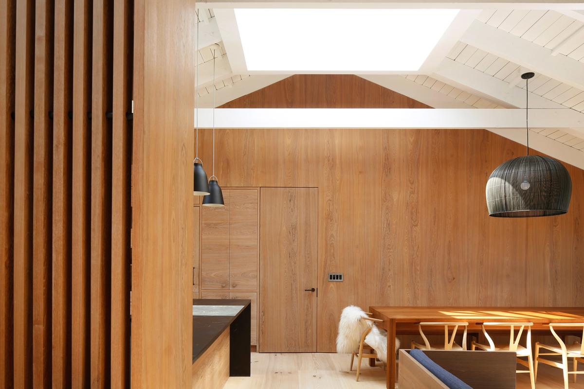 Độc đáo ngôi nhà được cải tạo từ những tấm gỗ màu xám   Brooklyn Desciencelab