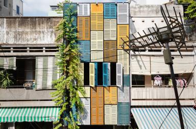 10 dự án nghệ thuật đem lại cuộc sống mới bằng những cánh cửa tái chế