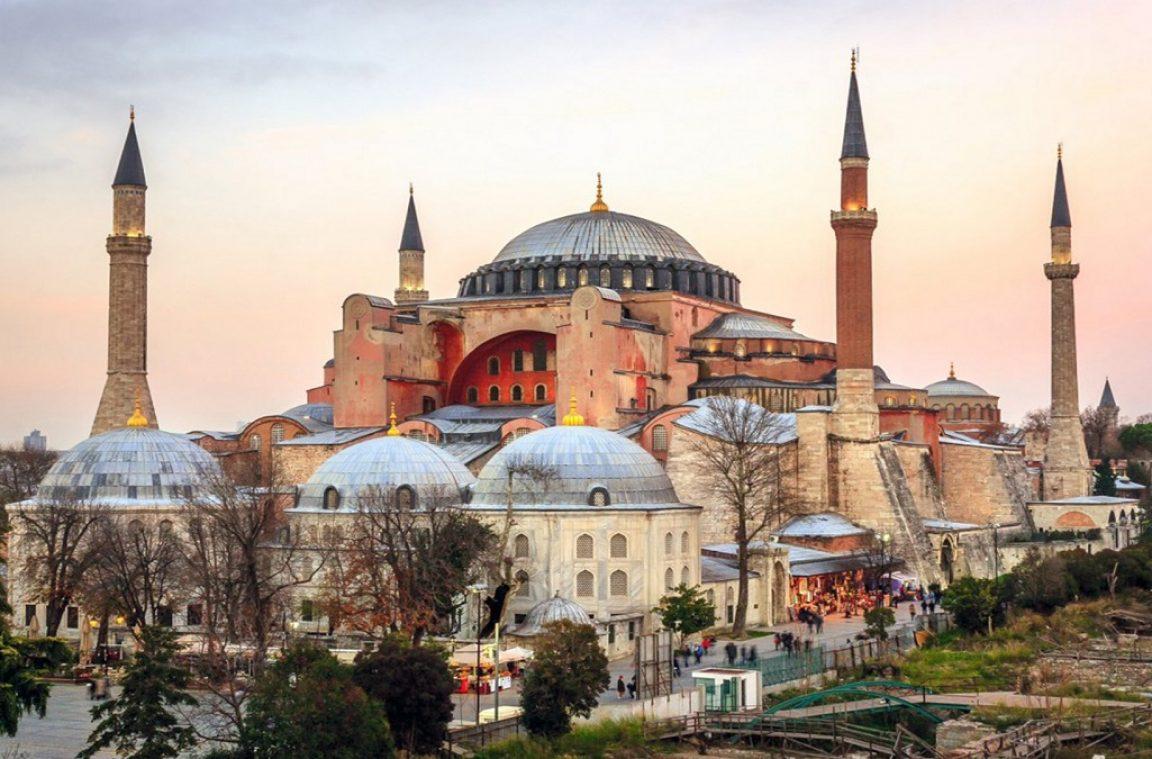 Tìm về Hagia Sophia: Không gian linh thiêng này đã phát triển như thế nào trong lịch sử lâu đời của nó?