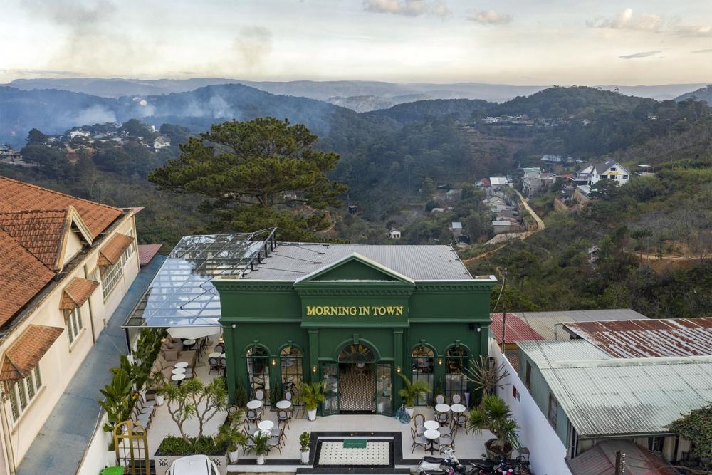 Morning in Town 1000x1000 - Morning in Town cafe - Thiết kế bao trọn không gian núi rừng tại Đà Lạt | KenDesign
